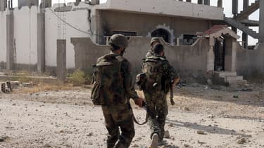 Des soldats syriens avancent dans la ville de Qousseir, à la recherche de rebelles, le 23 mai dernier.