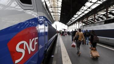 Des usagers de la SNCF marchent sur le quai à côté de TGV (image d'illustration)