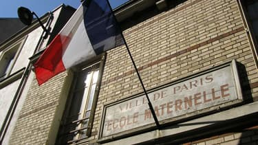 """La devise """"Liberté, égalité, fraternité"""" devra accompagner le drapeau tricolore sur les façades des écoles."""