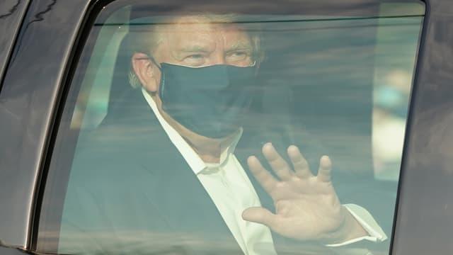 Donald Trump lors de son éphémère sortie de l'hôpital.