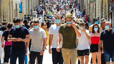 Des piétons masqués à Bordeaux le 15 août 2020 (photo d'illustration)