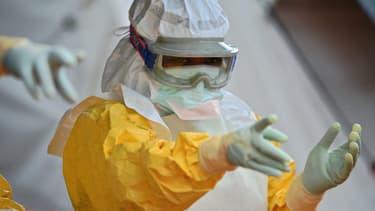 Un médecin de MSF en Sierra Leone, dans un centre de traitement contre Ebola.