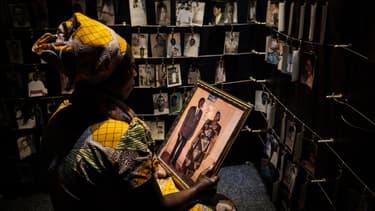 Une visiteuse regarde les portraits de victimes au mémorial du génocide à Kigali, le 29 avril 2018.