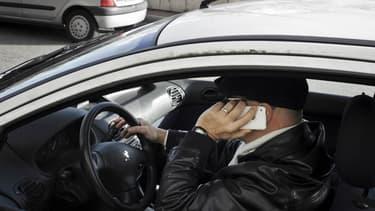 Les sanctions devraient se durcir contre les conducteurs qui utilisent leur portable au volant. Leur permis pourrait être suspendu.