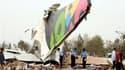 Des sauveteurs examinent les débris de l'Airbus 330-200 qui s'est écrasé mercredi à l'aéroport de Tripoli, tuant 103 passagers et membres d'équipage. L'appareil venu d'Afrique du Sud a percuté le sol alors qu'il tentait d'atterrir. /Photo prise le 12 mai