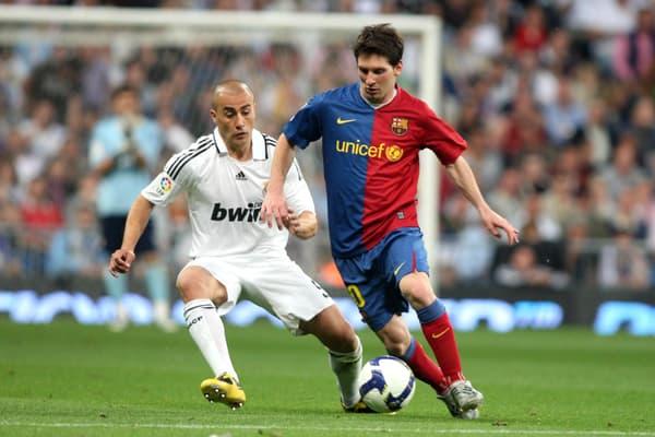 """Lionel Messi s'était régalé en """"faux 9"""" face à Fabio Cannavaro (en blanc) et au Real Madrid en mai 2009"""