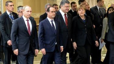 Le sommet pour la paix pour l'est de l'Ukraine semblait bien parti pour durer encore une partie de la nuit de mercredi à jeudi, à Minsk, en Biélorussie. Si le tandem Hollande-Merkel affiche un sourire de façade, les présidents russe et ukrainien sont beaucoup plus renfrognés. Signe de pourparlers des plus compliqués.