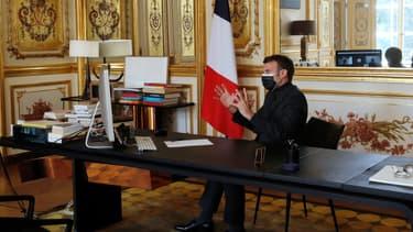 Emmanuel Macron participe à un cours à distance depuis l'Élysée, le 6 avril 2021.