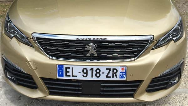 La 308 reprend la face avant déjà vu sur la berline 508 pu sur le petit crossover 2008.
