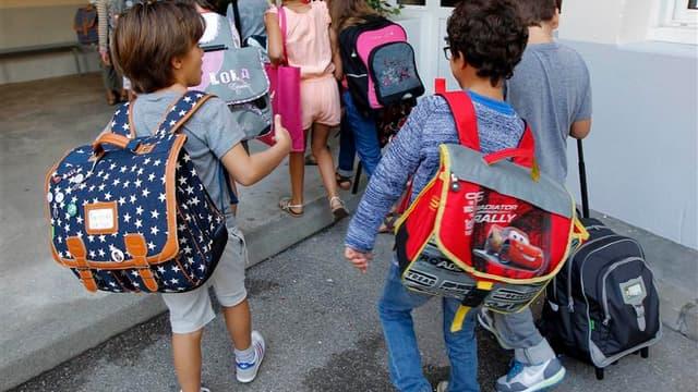 """Dans une école primaire de Marseille. Le ministre de l'Education nationale Vincent Peillon estime que la rentrée scolaire se passe """"plutôt bien"""" malgré l'héritage laissé par le précédent gouvernement. /Photo prise le 4 septembre 2012/REUTERS/Jean-Paul Pél"""