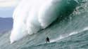 Un homme surfe sur Belharra, le 7 janvier 2014.