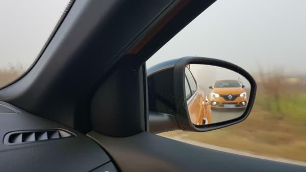 La Mégane RS intègre de nombreuses aides à la conduite, dont un voyant de présence dans l'angle mort dans le rétroviseur.