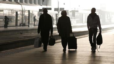 Les perturbations dans l'aviation civile se sont amplifiées mercredi en France, et les cheminots s'apprêtent à prendre le relais jeudi à l'appel de quatre syndicats de la SNCF. /Photo d'archives/REUTERS/Charles Platiau