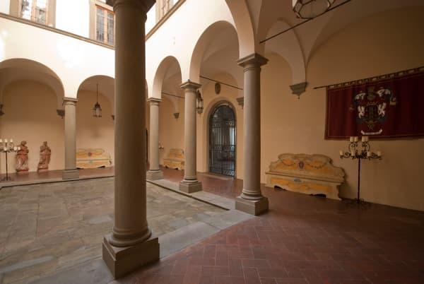 Construite en 1610, la demeure passe de main en main et subit une longue période d'abandon. Elle est rénovée en 1896.
