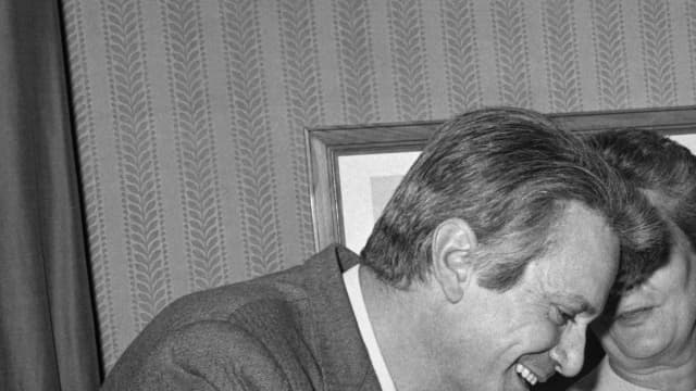 """L'écrivain Françoise Mallet-Joris (D) membre du prix Femina, félicite le lauréat Jorge Semprun, le 24 novembre 1969 à Paris, pour son roman """"La deuxième mort de Ramon Mercader""""."""