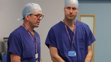 Le prince William discute avec des chirurgiens, le 10 janvier 2018 à Londres