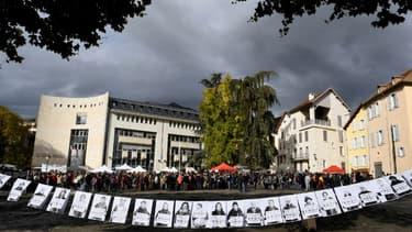 Des habitants devant le tribunal de Gap dans les Alpes, en soutien aux 7 militants jugés pour avoir aidé des migrants à entrer en France.