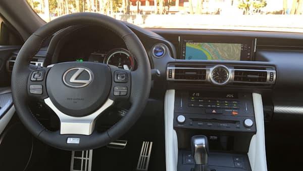 L'intérieur reste assez original même si l'écran non tactile, le manque d'aides à la conduite et l'absence d'Android Auto/Apple Carplay pour connecter son téléphone trahissent ses quelques années d'âge.
