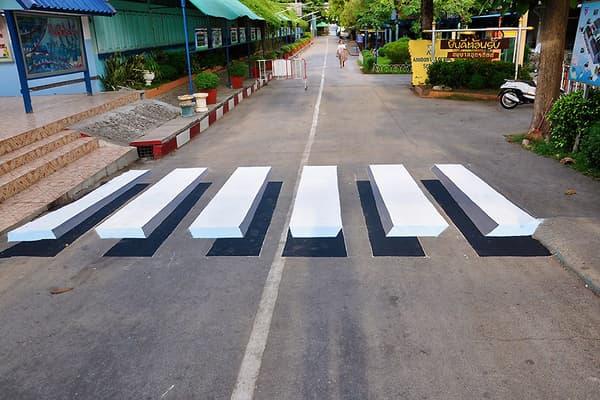 Un passage clouté en 3D aux abords d'une école thaïlandaise.