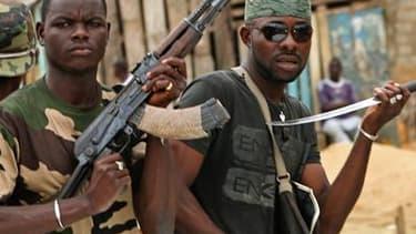 """Des membres des """"commandos invisibles"""", des combattants favorables à Alassane Ouattara, dans le quartier d'Abobo, dans le nord d'Abidjan. Celui que la communauté internationale considère comme président élu de Côte d'Ivoire affirme que ses forces, après a"""