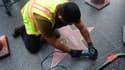 """Un ouvrier nettoie l'étoile de Bill Cosby sur le """"Walk of fame"""", vandalisée vendredi."""