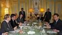 Face à Nicolas Sarkozy, la ministre des Affaires étrangères Michèle Alliot-Marie, le Premier ministre François Fillon, le ministre de l'Intérieur Brice Hortefeux et le porte-parole du gouvernement François Baroin, lors d'une réunion à l'Elysée sur les réc