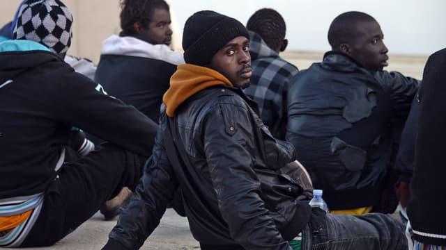 Des migrants secourus par des garde-côtes italiens, dans le port d'Augusta, en Sicile, le 16 avril 2015.