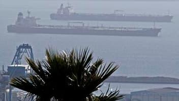 Tankers au large du port de Marseille. Les salariés des terminaux de Fos-Lavera, qui alimentent en pétrole brut six raffineries françaises, ont voté vendredi la reprise du travail après 33 jours de grève contre la réforme portuaire. /Photo prise le 29 oct