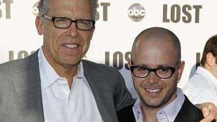 Les créateurs de la série Lost, Carlton Cuse (à gauche) et Damon Lindelof. Après six saisons de mystères, la série télévisée a fait ses adieux à ses fans dimanche soir avec un double épisode marqué par le retour de personnages disparus, une lutte épique a