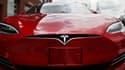 """""""Lorsque les conducteurs utilisent Autopilot, (le système) leur rappelle en permanence qu'il est de leur responsabilité de laisser leurs mains sur le volant"""", rappelle Tesla."""