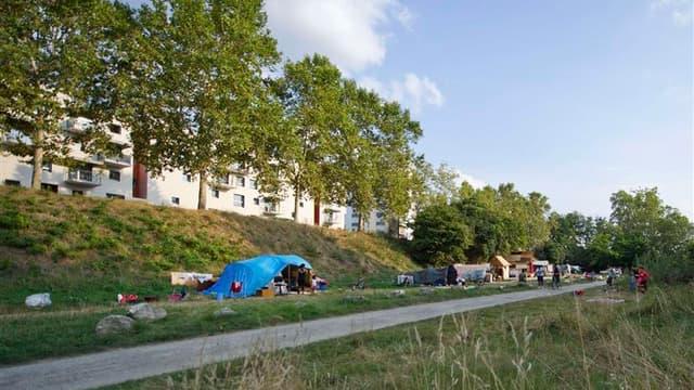Environ 130 Roms ont construit des abris de fortune sur ce campement en bordure de la Garonne, à Toulouse. La justice a ordonné en mai l'évacuation de cette zone inondable mais les familles installées continuent à y vivre malgré les mauvaises conditions d