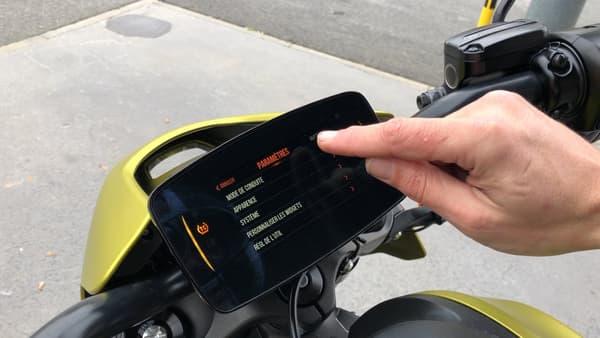 Sept modes de conduite: quatre préprogrammés (sport, route, autonomie et pluie) et trois personnalisables