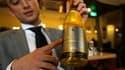 """Charles Gaudfroy, gérant d'un restaurant français à Pékin, présente une contrefaçon: vin blanc sec """"Romanee-Conti"""" (sic) en """"appellation Côteaux du Languedoc contrôlée"""" et """"mis en Montpellier"""" (re-sic) par un certain """"Lafei Group"""" dont le logo reproduit l"""