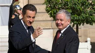 """Nicolas Sarkozy a adressé ses condoléances aux autorités polonaises après la mort du chef de l'Etat Lech Kaczynski dans un accident d'avion en Russie. """"Avec sa disparation, la France perd un ami profondément attaché au développement des relations entre no"""
