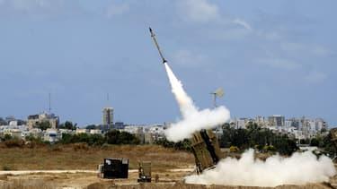 """Lancement d'un missile intercepteur du dispositif """"dôme de fer""""."""