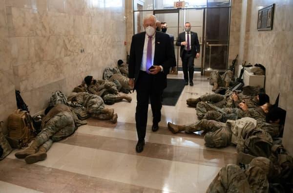 Le chef de la majorité démocrate à la Chambre des représentants, Steny Hoyer, passe devant des membres de la Garde nationale américaine allongés dans le Capitole à Washington, le 13 janvier 2021