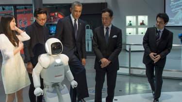 Barack Obama et Asimo, mercredi, à Tokyo.
