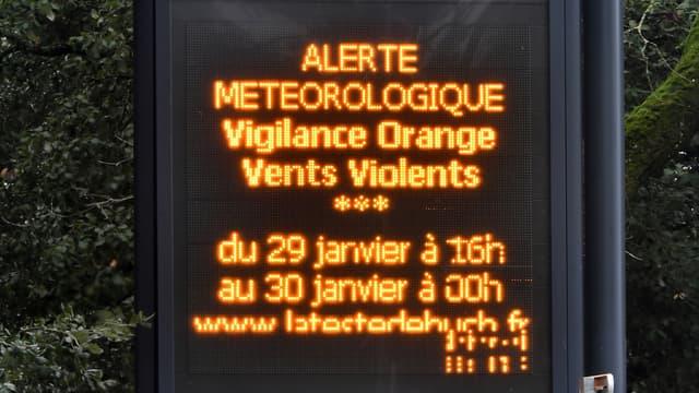 Un panneau d'information à Arcachon prévenant que des vents violents allaient s'abattre sur le Sud-Ouest de la France.