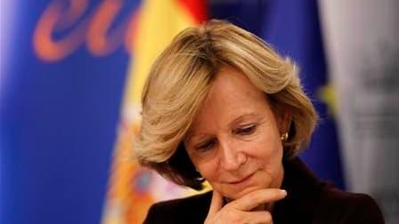 La ministre espagnole de l'Economie, Elena Salgado, en conférence de presse à Madrid, sur les perspectives de croissance de l'économie ibérique. L'agence Fitch Ratings a abaissé vendredi la note souveraine de l'Espagne à AA+, contre AAA auparavant, en exp