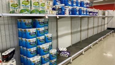 Des rayons de papier toilette presque vides dans un supermarché de Melbourne, le 26 juin 2020 en Australie