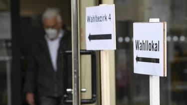 Un Allemand en train de sortir d'un bureau de vote à Ludwigsbourg dans le sud de l'Allemagne.
