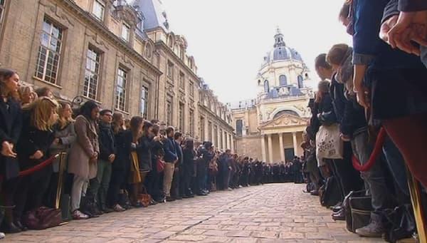 La foule investit la cour de la Sorbonne pour une minute de silence.