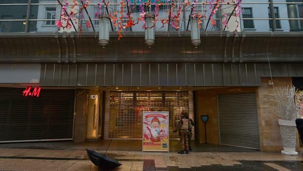 Magasins et centres commerciaux ont baissé leurs rideaux, à Bruxelles, le 21 novembre.