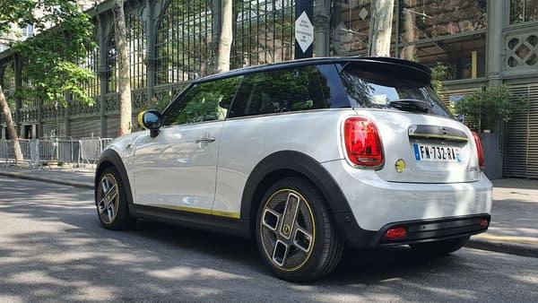Seuls les badges E, une calandre spécifique et bien entendu l'absence de pot d'échappement distinguent esthétiquement cette Mini E d'une  Cooper S, la version thermique sportive de la Mini.