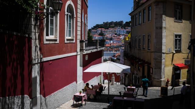 Des personnes en terrasse à Lisbonne (Portugal), le 23 juin 2020.