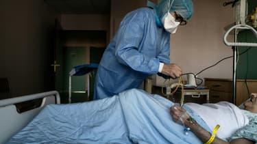 Un malade du Covid est traité le 6 novembre 2020 à l'hôpital  Privé de la Loire, à Saint-Etienne