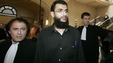 Khaled Ben Mustapha (au centre), ancien détenu de Guantanamo, aux côtés de ses avocats lors de son procès en première instance à Paris, en 2006. Cinq Français passés par le camp américain situé à Cuba ont été condamnés vendredi en appel à un an de prison