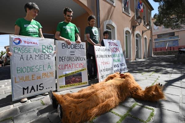 """Action de l'ONG """"Les Amis de la Terre"""" devant l'hôtel-de-ville de Châteauneuf-les-Martigues."""
