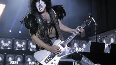 Actuellement en tournée en Australie, Paul Stanley, chanteur et guitariste du groupe de hard rock grimé américain Kiss, propose de casser sa guitare sur scène et de dédier son geste à un fan pour la modique somme de 5.500 dollars. /Photo d'archives/REUTER