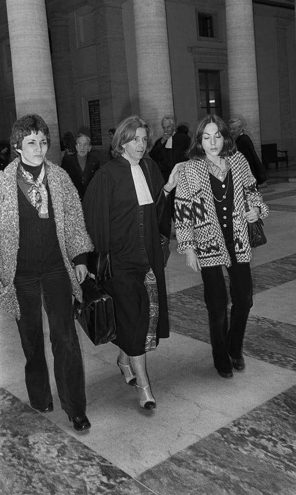 Gisèle Halimi, aux côtés de ses deux clientes, Anne Tonglet et Araceli Castellano, en mai 1978.